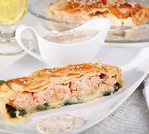Tarta na cieście francuskim z wędzonym łososiem, mozzarellą i pomidorami