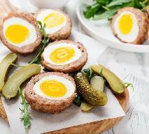 Pieczone mielone kotlety z jajkiem: przepis na jajeczne gniazdka