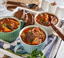 Mięsny garnek z warzywami: pokrzepiający obiad z piekarnika