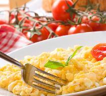 Jajecznica na parze z pomidorami - przepis na zdrowe i sycące śniadanie