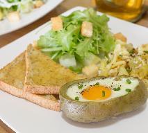 Jajko zapiekane w ziemniaku: przepis na oryginalną przekąskę dla rodziny + WIDEO