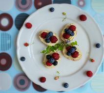 Kanapki z serkiem i owocami