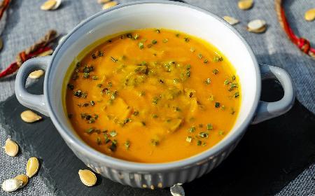 Imprezowe danie z woka: kurczak curry podawany w bułce