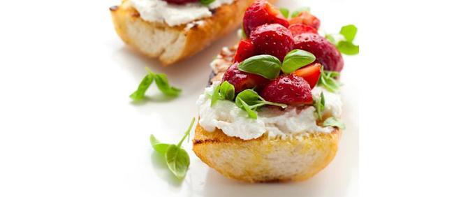 Bagietka z truskawkami, prosciutto i rukolą - pomysł na śniadanie