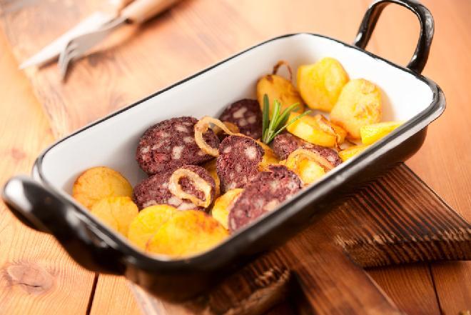 Kaszanka zapiekana z ziemniakami i jabłkami - przepis na tani obiad