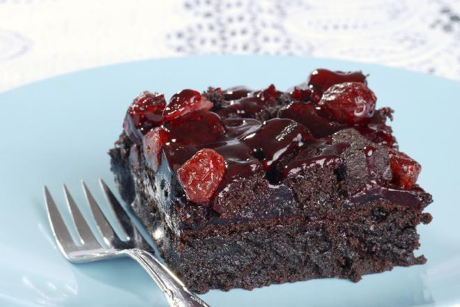 Murzynek z wiśniami: przepis na pyszne ciasto czekoladowe