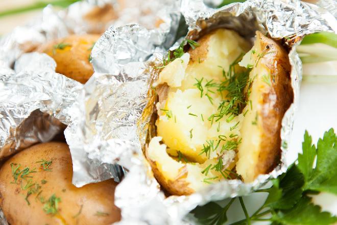 Ziemniaki z masłem czosnkowym [pieczone w folii na grillu]