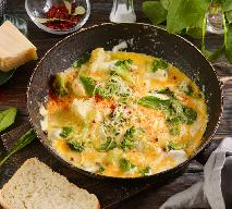 Jajecznica ze szpinakiem: przepis na szybkie i pożywne śniadanie