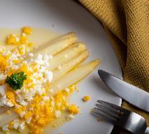Białe szparagi po flamandzku: łatwy przepis na niebiański przysmak