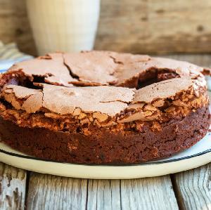 Brownie orzechowe z bezą: przepis na obłędne ciasto czekoladowe
