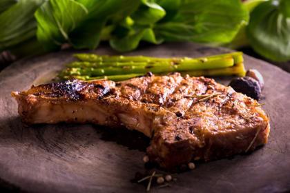 Grillowane zielone szparagi z wołowiną: przepis