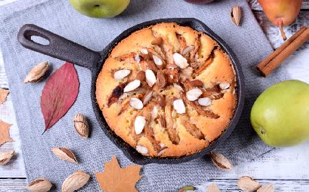 Biszkopt z owocami z patelni: pyszne ciasto bez piekarnika