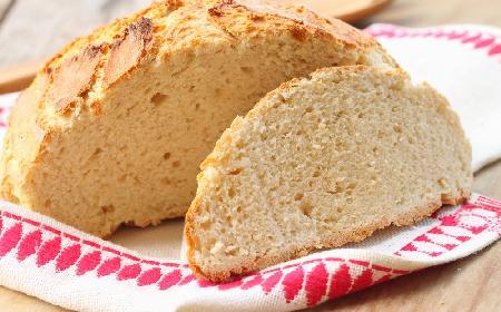Chrupiący chleb sodowy pieczony w garnku