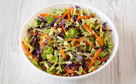 Brokułowy coleslaw: chrupka surówka kapuściana z brokułami