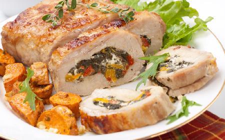 Pieczony schab nadziewany serem feta ze szpinakiem i papryką: kolorowa pieczeń ze schabu