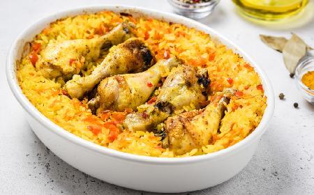 Pałki kurczaka z ryżem: najłatwiejszy przepis na dwa dania w jednym