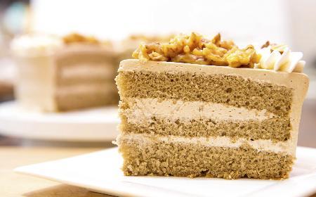 Tort orzechowy: przepis na proste i efektowne ciasto z orzechami włoskimi