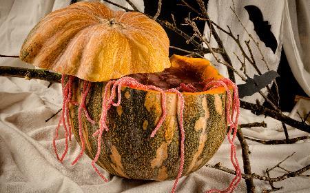 Upiorny poncz na Halloween w wydrążonej dyni [przepis]