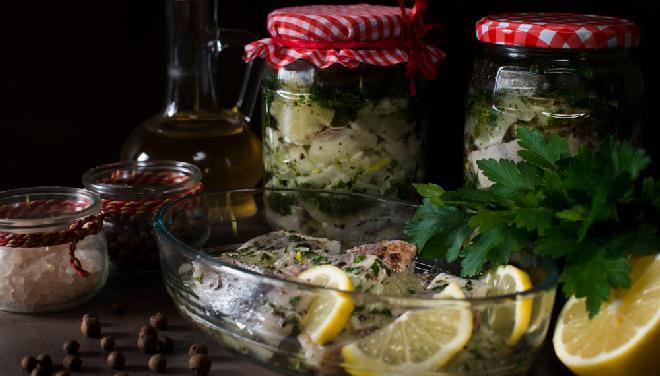 Skandynawskie śledzie w oleju z cytryną i zielem angielskim