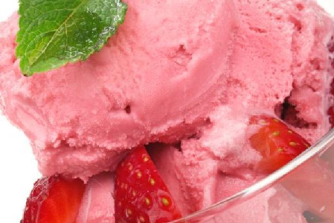 Lody truskawkowe: jak przygotować lody owocowe w domu? [QUIZ]