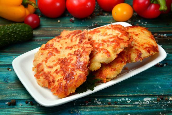 Mięso mielone i szklanka kefiru: genialny trik na tanie i soczyste placuszki drobiowe