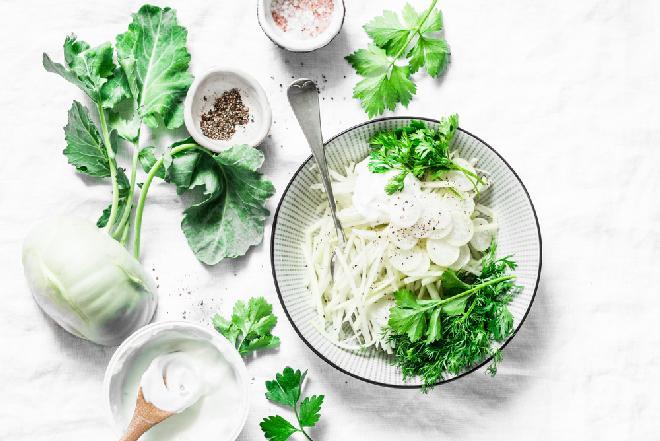 Oryginalna mizeria z kalarepki i białej rzodkiewki z jogurtem: zdrowa, pyszna, lekka
