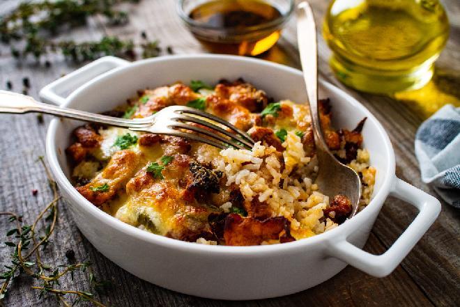 Piersi kurczaka zapiekane w boczku z ryżem: obfite, soczyste, pyszne danie, któremu się nie oprzesz
