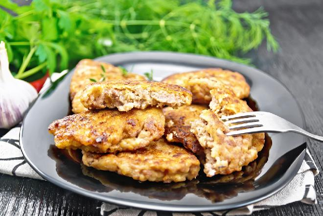 Szybkie placki z mielonym mięsem: sprytny trik na oszczędne placuszki zamiast kotletów
