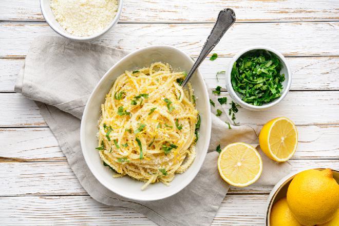 Pasta al limone - nęcący makaron z sokiem cytrynowym i serem gotowy w 10 minut