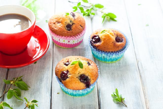 Babeczki z czereśniami i białą czekoladą - przepis na deser